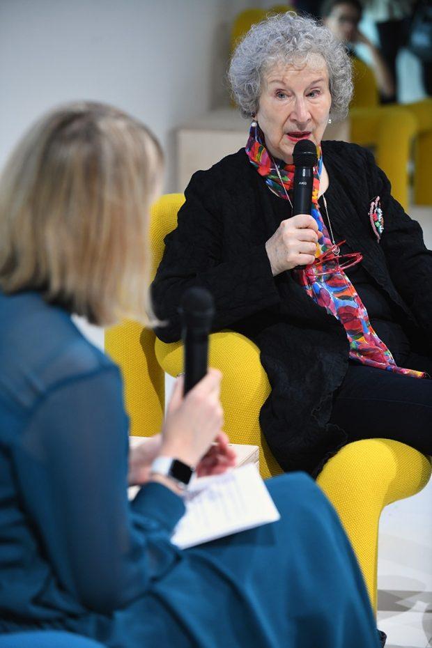 Margaret Atwood snakker med kunstner Katie Paterson på scenen under bokmessen i Frankfurt.