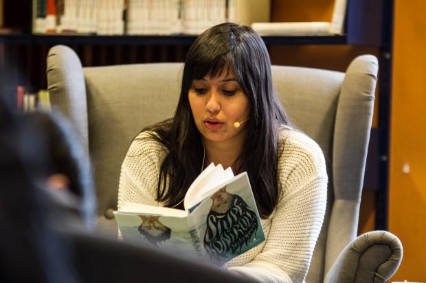 """Neha Naveen leser fra """"Stupekontroll""""."""