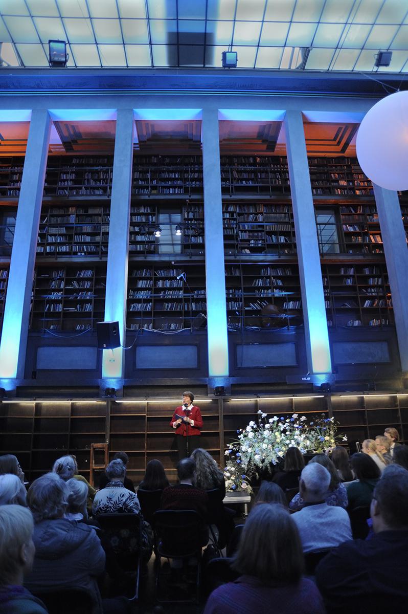 Marianne Borgen på scenen i Hovedsalen på Deichman Hovedbiblioteket.