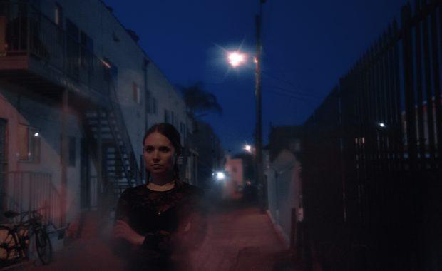 Et av ukas musikalske sidespor: Mr Little Jeans (Monica Birkenes) lager drivende elektropop på Fevers EP. Foto: Nolwen Cifuentes