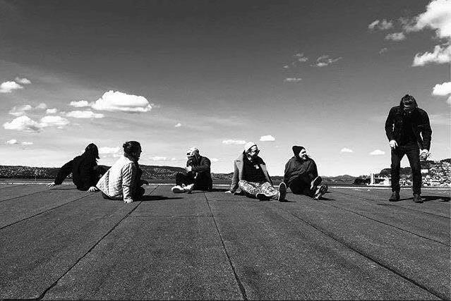 Her har de vært kjappe og tatt bandfoto på den ene klarværsdagen de hadde i Tromsø i fjor.