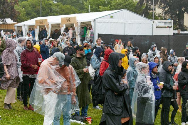 Regn nå Real Estat spilte i Piknik i Parke. Foto: Stian Schløsser Møller
