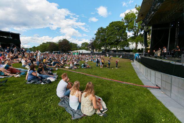 Publikum koser seg på The Switch konsert på Piknik i Parken. Foto: Stian Schløsser Møller