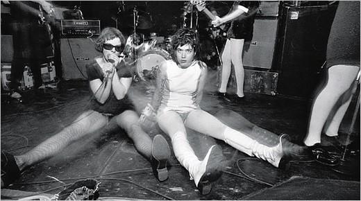 """Gruppa Bikini Kill var riot grrrl bandet framfor noen og albumet """"Pussy Whipped"""" er et must have!"""